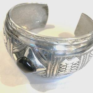 Bracelets femme avec pierre Bijoux touaregs Bracelet ethnique pour femmes avec une pierre d'onyx.Façonné et martelé Par nos créateurs artisanal Moderne et très simple.