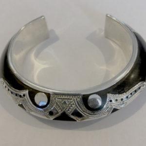 Bracelet pour femme moderne Bijoux touareg bracelet argent massif et bois d'ébène avec une arrête au milieux et des très joli motifs. (diamètre 58 mm et pèse 40 g)