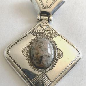 Collier pierre pas cher Bijoux touaregs en argent massif et pierre de granite. pendentif mixte en forme losange et articulé qui vous portera le bonheur.