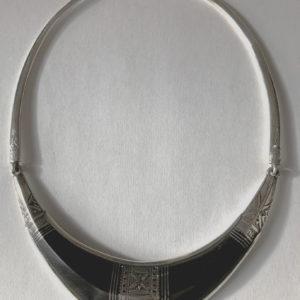 Gros collier avec style Bijoux touareg Gros collier en ébène et argent tour de cou avec une arrête au milieu bijou unique,fait main.